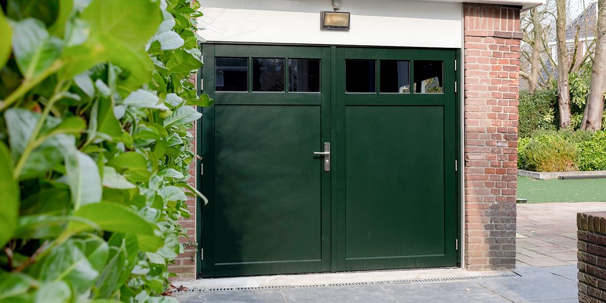 groene-houten-openslaande-garagedeur-raampjes1