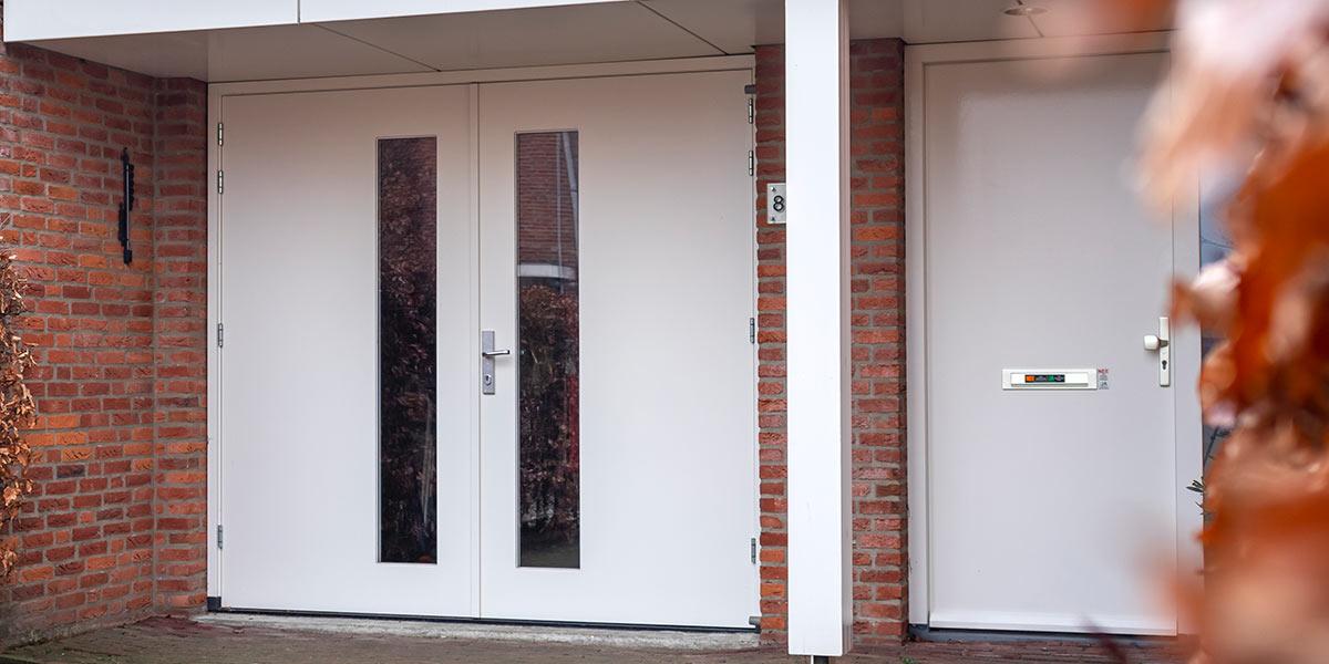witte-openslaande-garagedeur-hout-glas