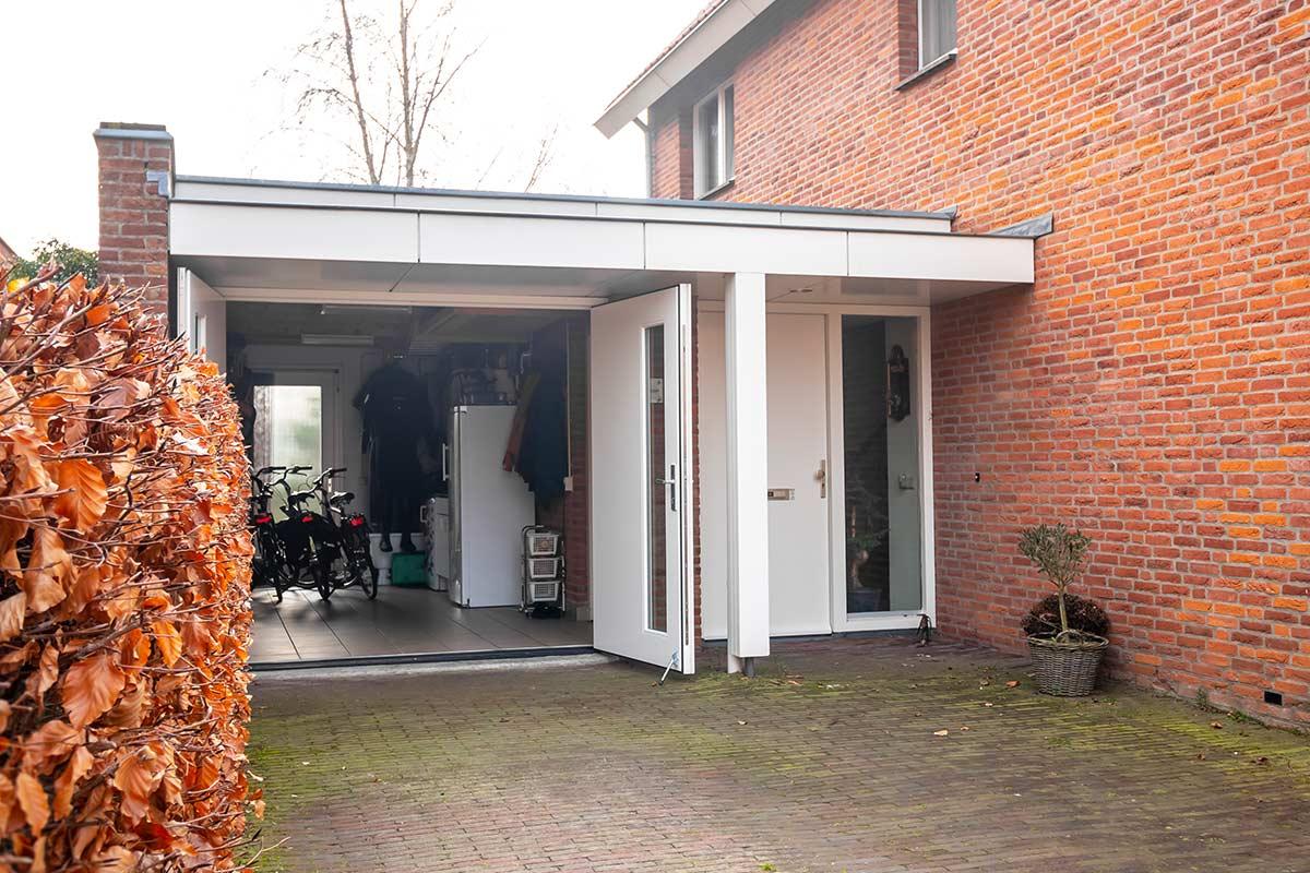 houten-openslaande-garagedeur-met-glas-wit-2