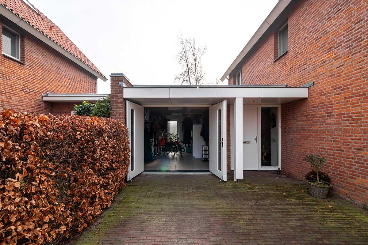houten-openslaande-garagedeur-met-glas-4
