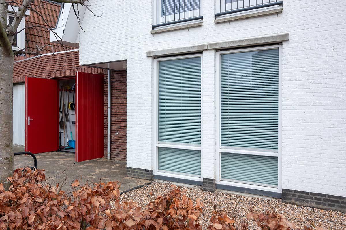 houten-openslaande-garagedeur-rood-geisoleerd
