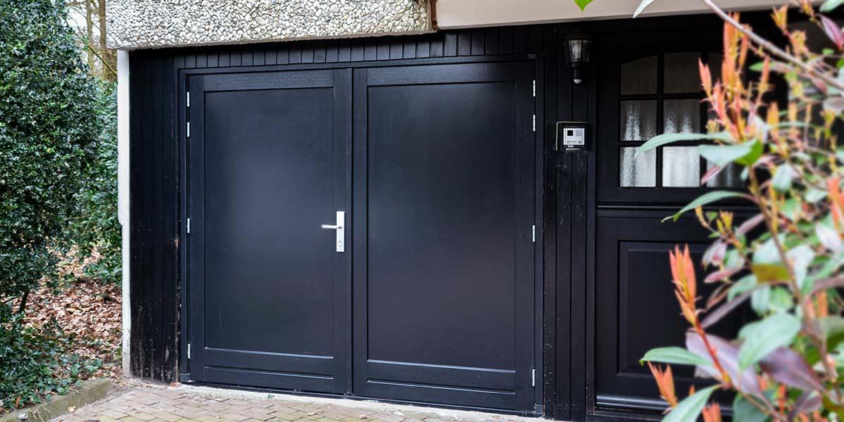 zwarte-openslaande-garagedeur-hout