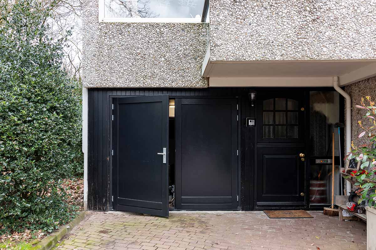 dubbele-houten-garagedeur-zwart-2