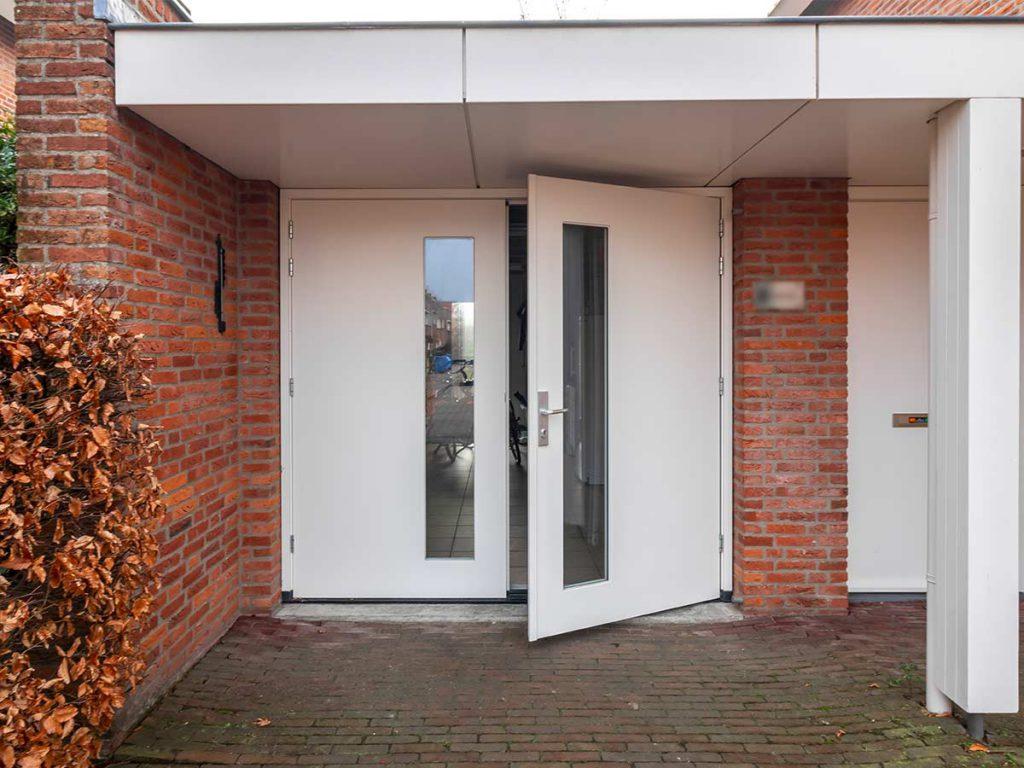 Moderne houten openslaande garagedeur met HR++ glas