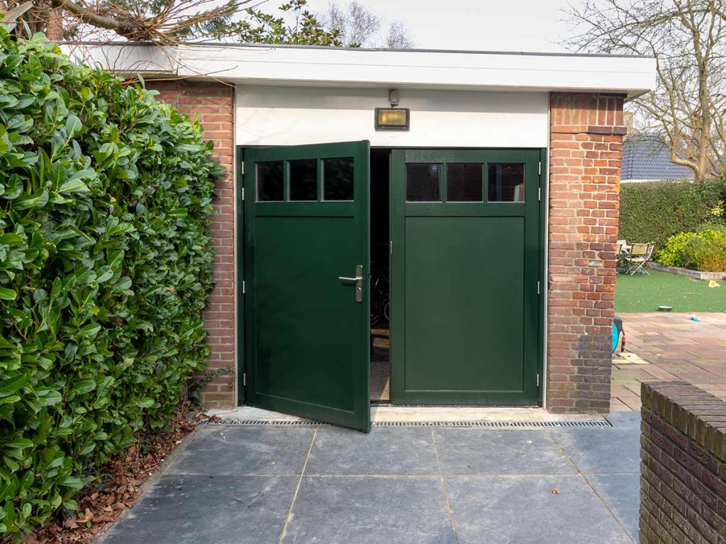 Houten openslaande garagedeur in een klassieke stijl