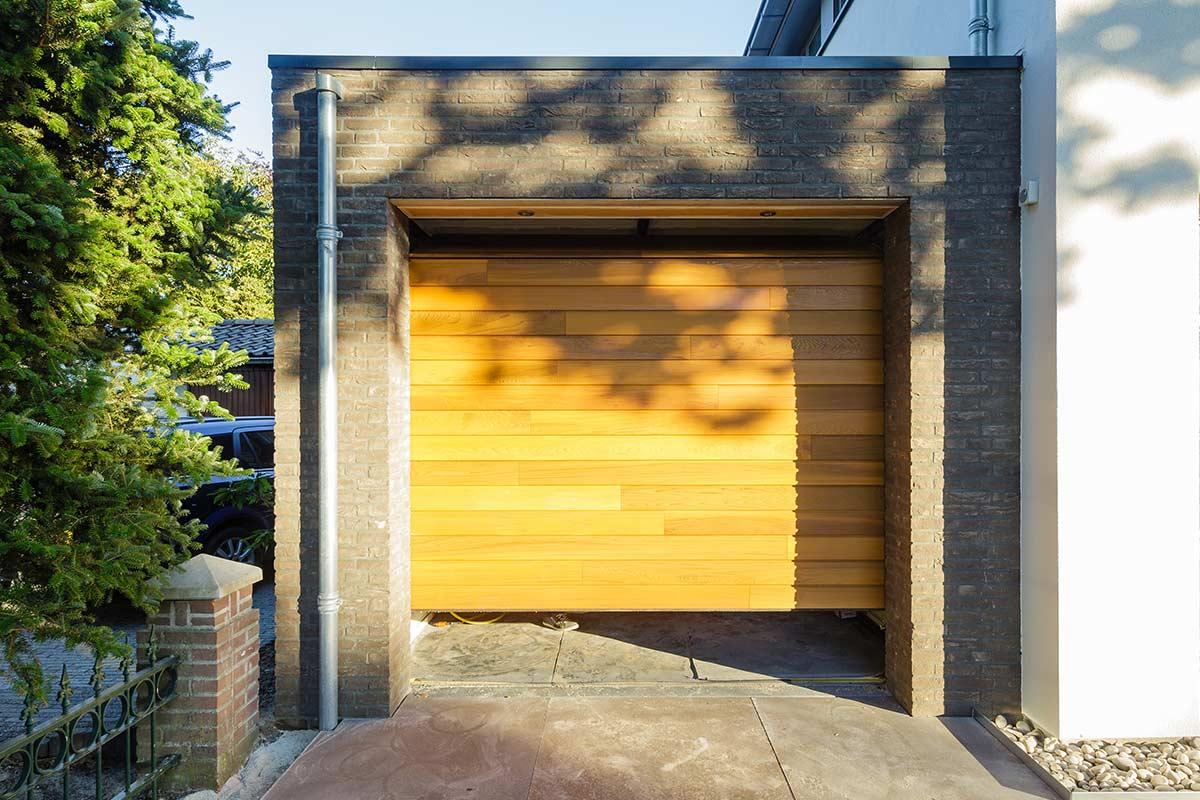 houten-sectionaaldeur-achter-de-dag