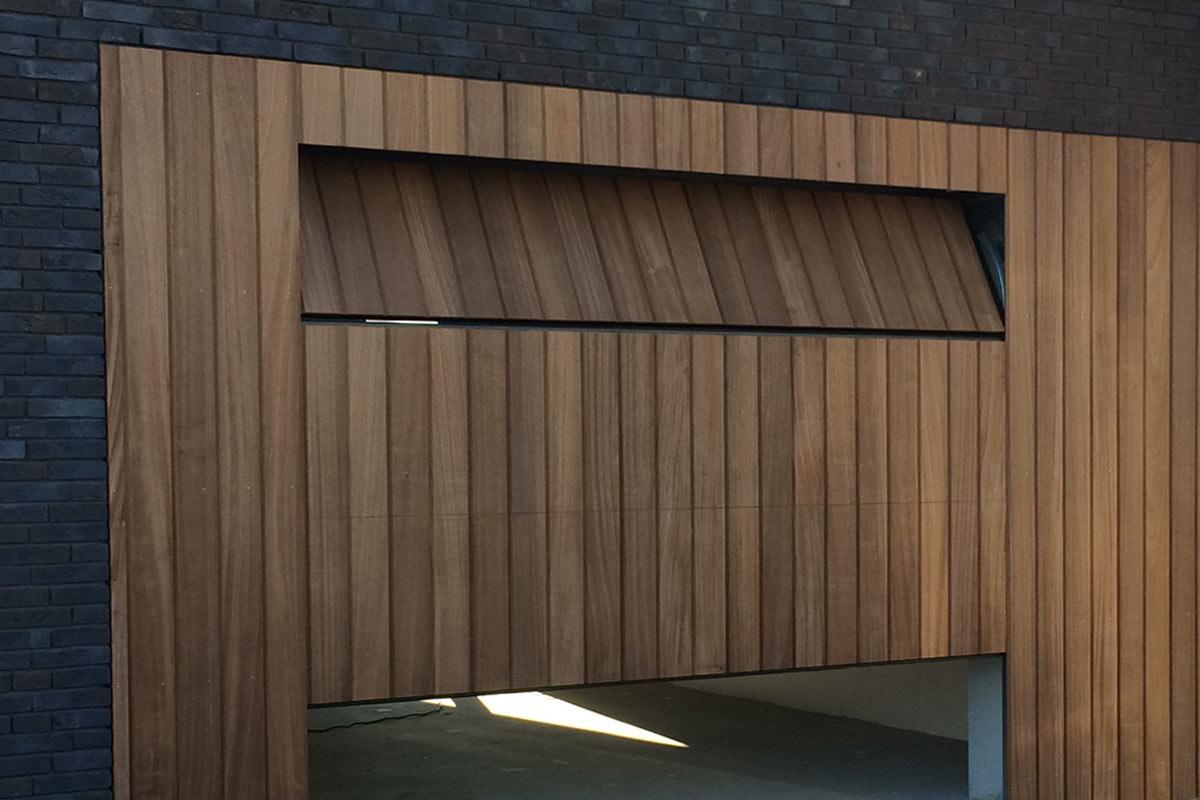 verticale-sectionaalpoort-hout-blank