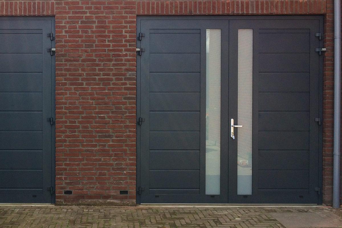 blauwe-openslaande-garagedeuren-met-melkglas