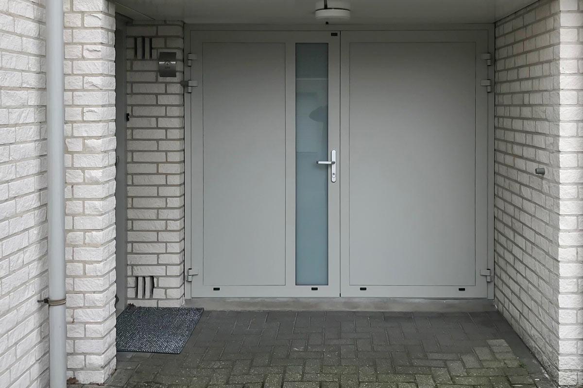 grijze-openslaande-garagedeur