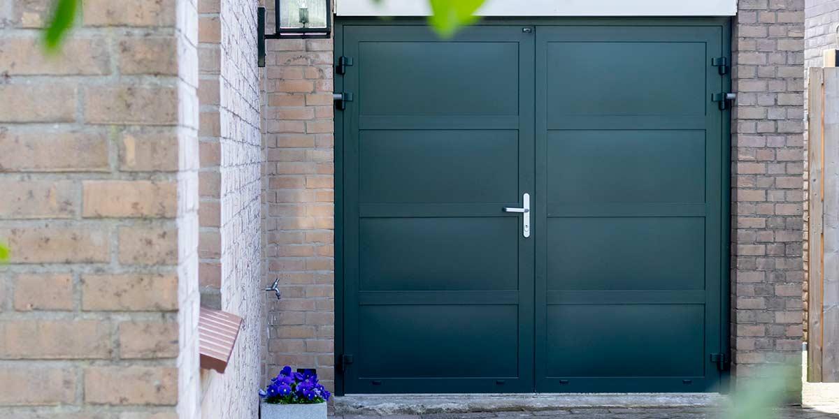 groene openslaande garagedeur geïsoleerd