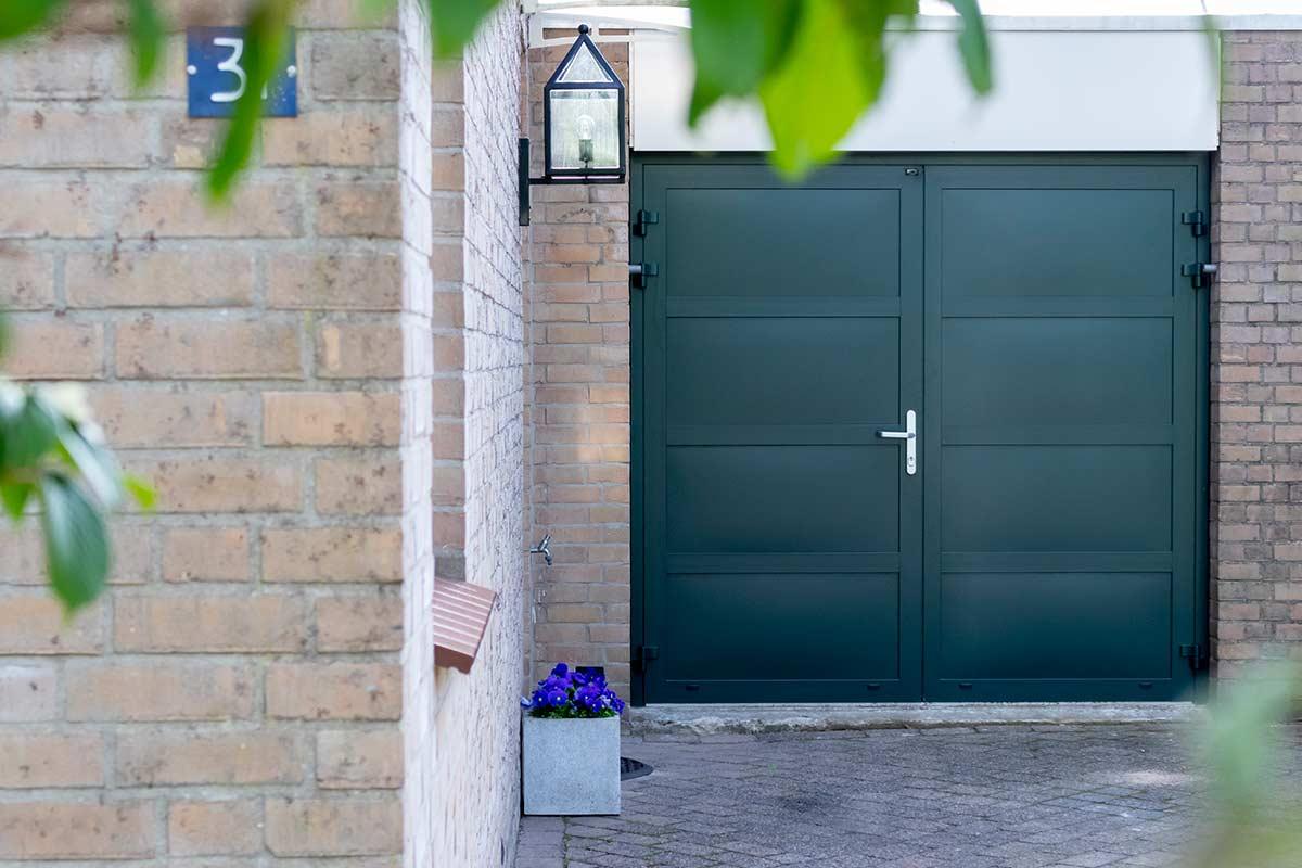 Groene-openslaande-garagedeur-different-doors