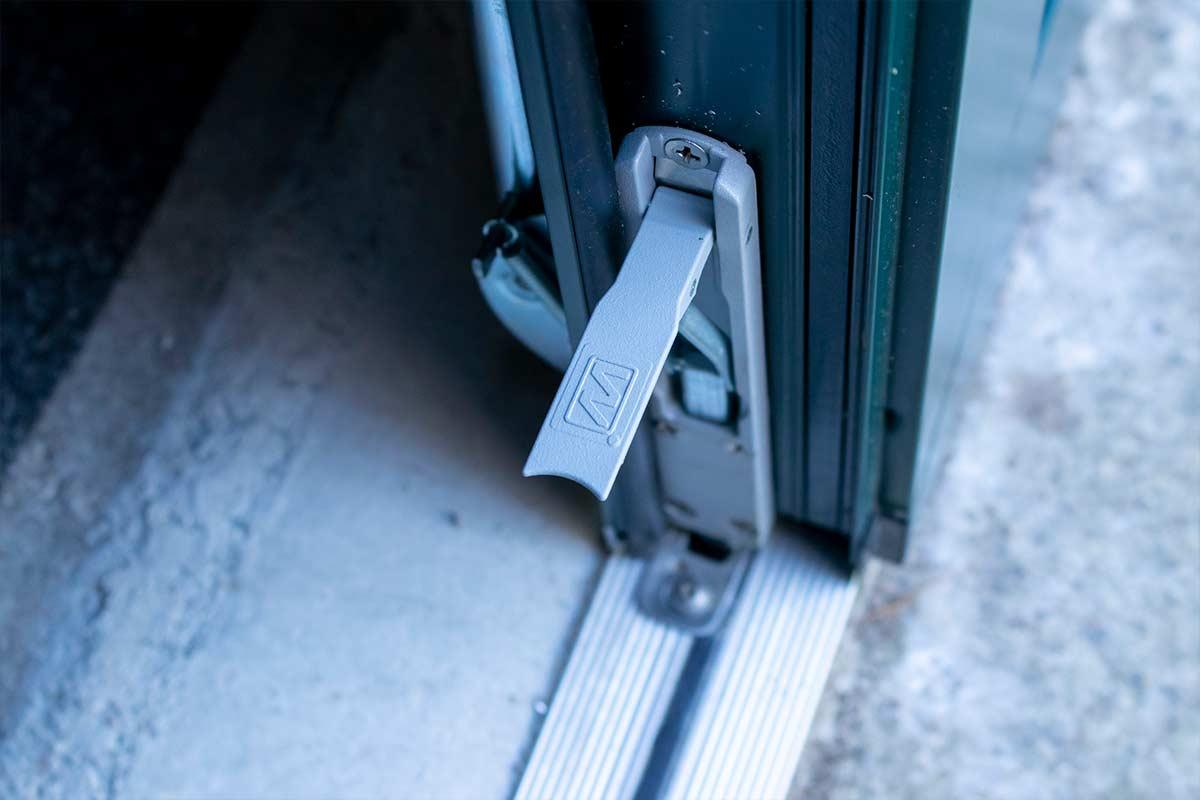 Groene-openslaande-garagedeur-vergrendeling