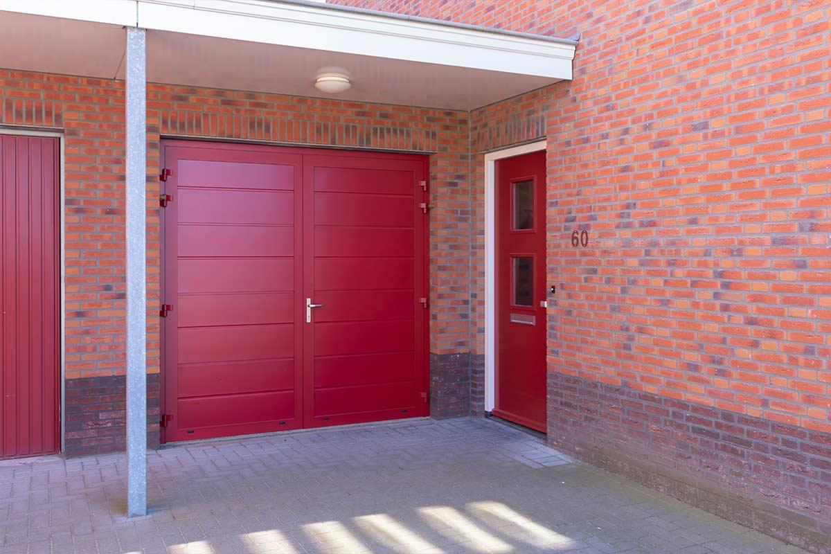 Rode-openslaande-garagedeur-en-voordeur