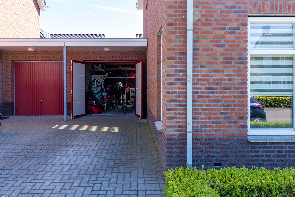 Rode-openslaande-garagedeur-open