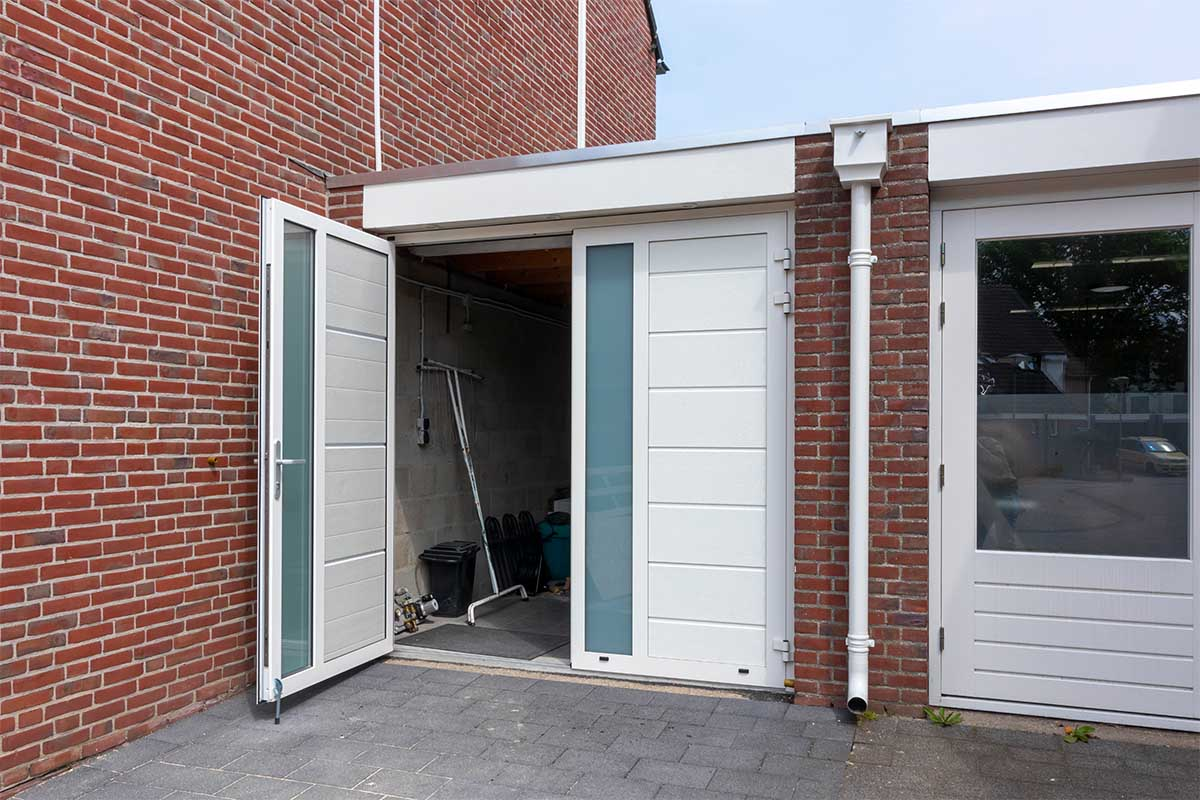 witte-openslaande-garagedeuren-verticaal-melkglas_0000