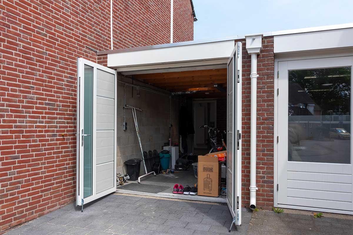 witte-openslaande-garagedeuren-verticaal-melkglas_00011