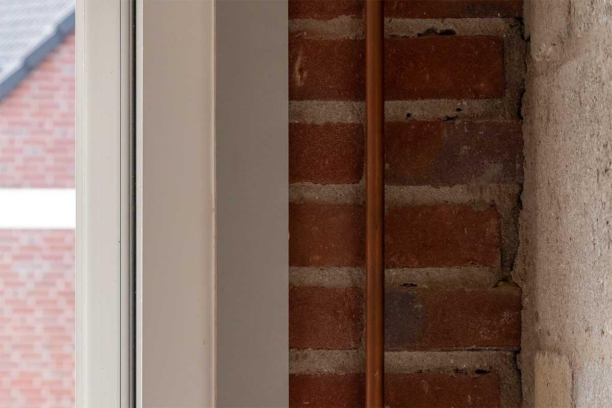 witte-openslaande-garagedeuren-verticaal-melkglas_0007