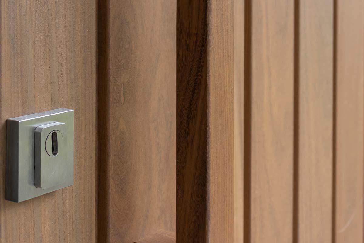 houten voordeur met kozijn
