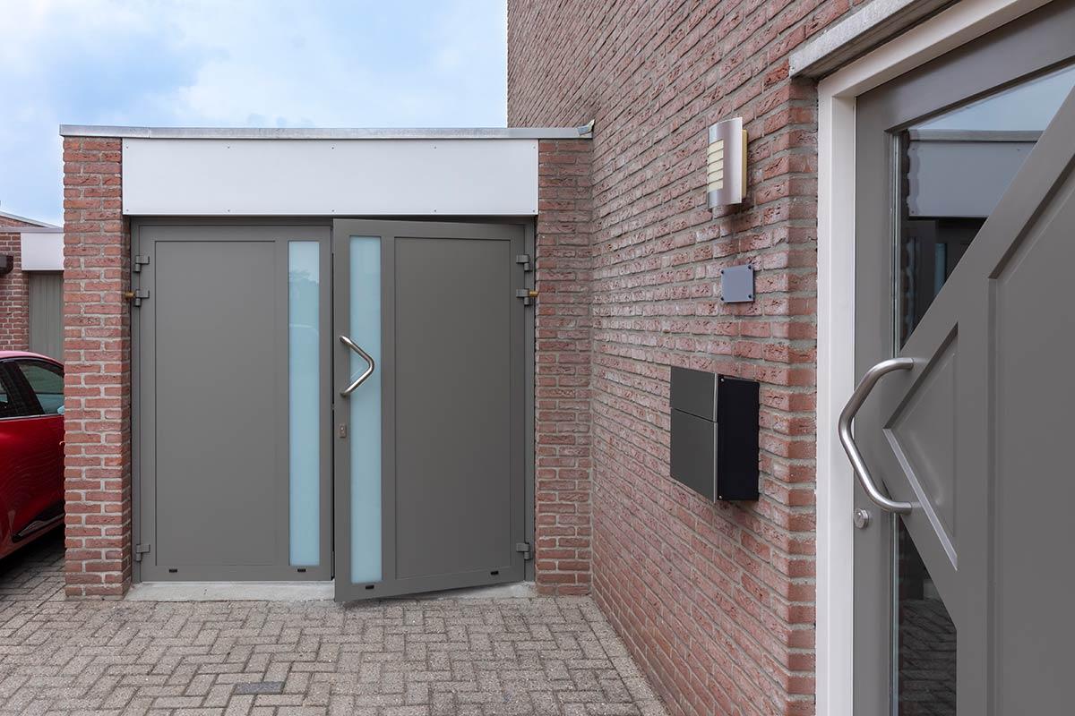 openslaande-garagedeur-melkglas-ral7039-2