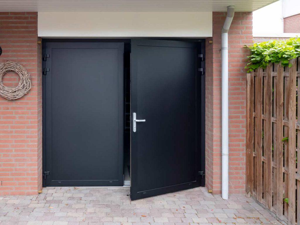 Mooie zwarte openslaande garagedeur