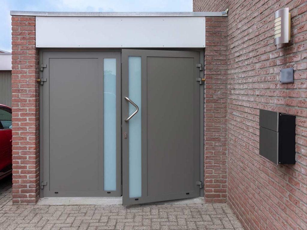 Stijlvolle garagedeur met roestvrijstalen deurgreep