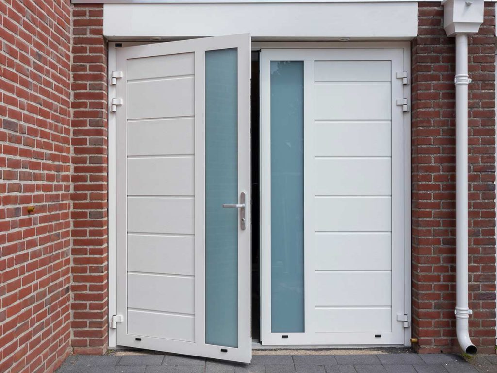 Witte openslaande deuren met verticaal melkglas
