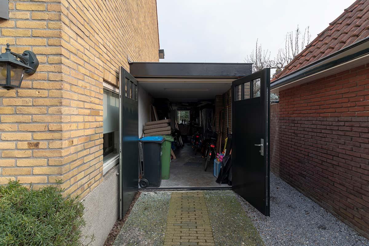 houten garagedeur met ramen