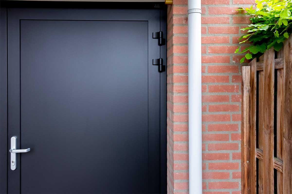 Gladde garagedeur zwart openslaand