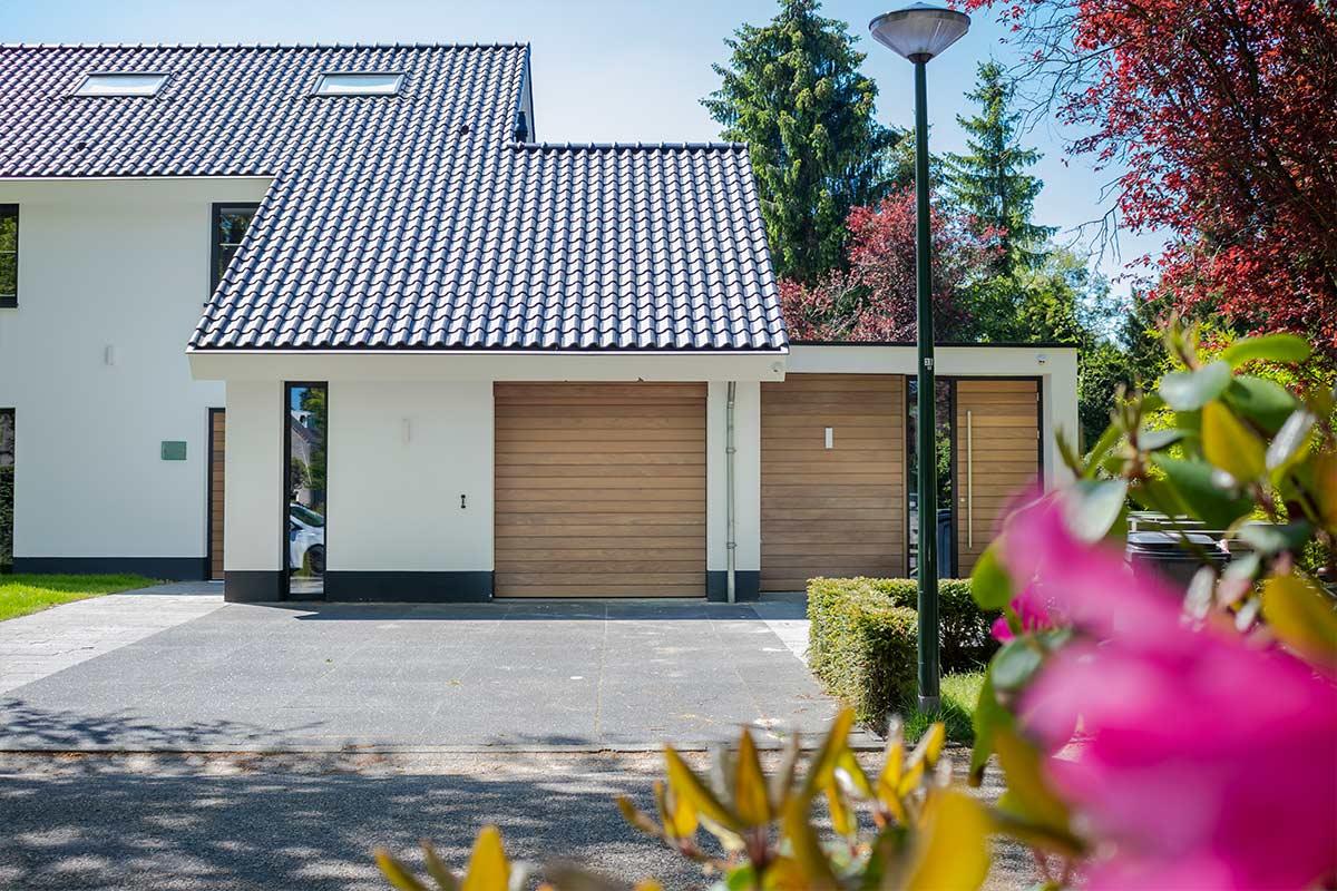 jaren-70-woning-houten-garagedeur