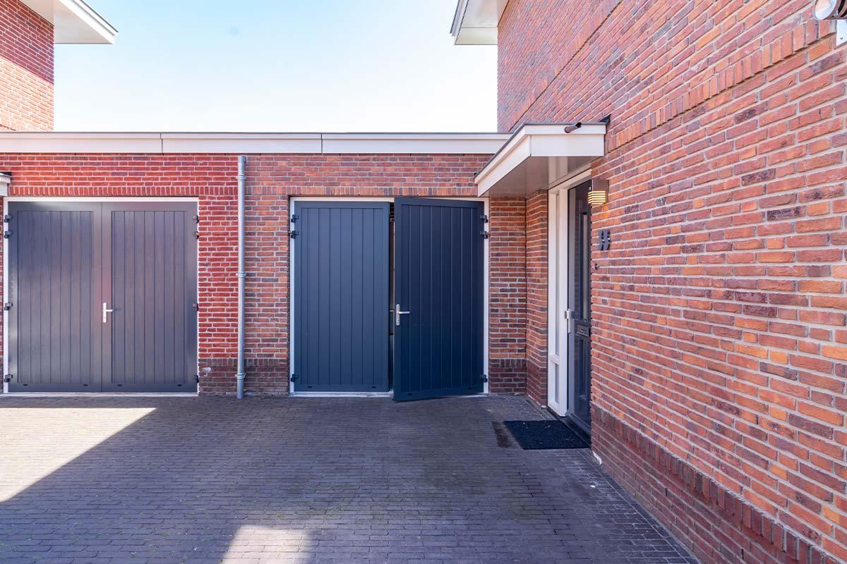 Blauwe garagedeuren