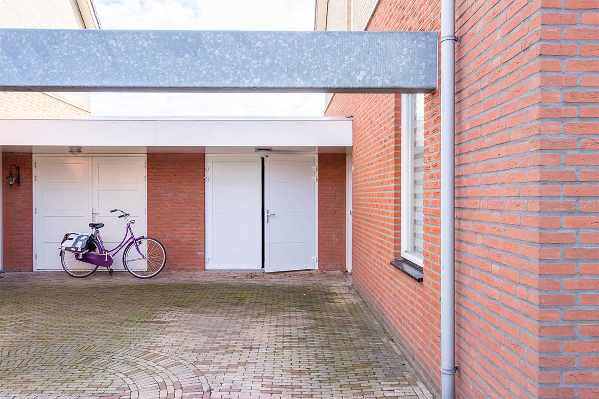 standaard witte openslaande garagedeur (13)