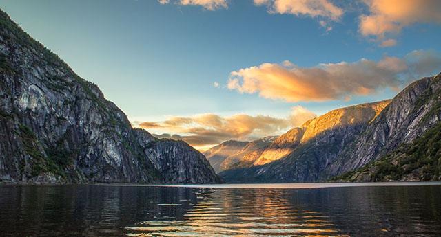 Fjord-cruise-Nærøyfjord-Norway-640px-345px