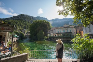 Admiring the natural setting of the Fontaine-de-Vaucluse