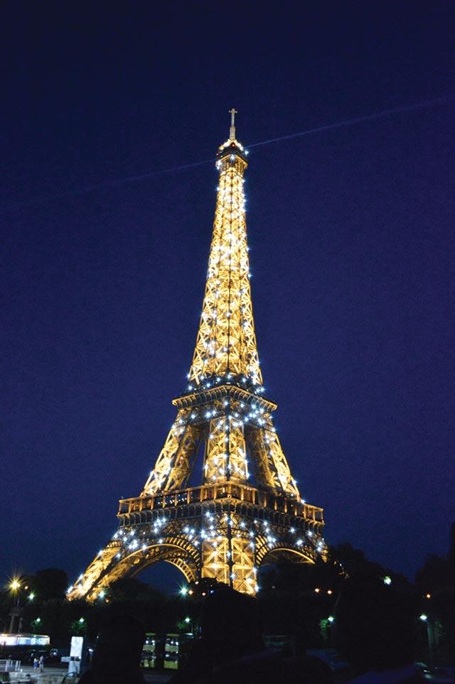 Kat-Paris-Eiffel-Tower