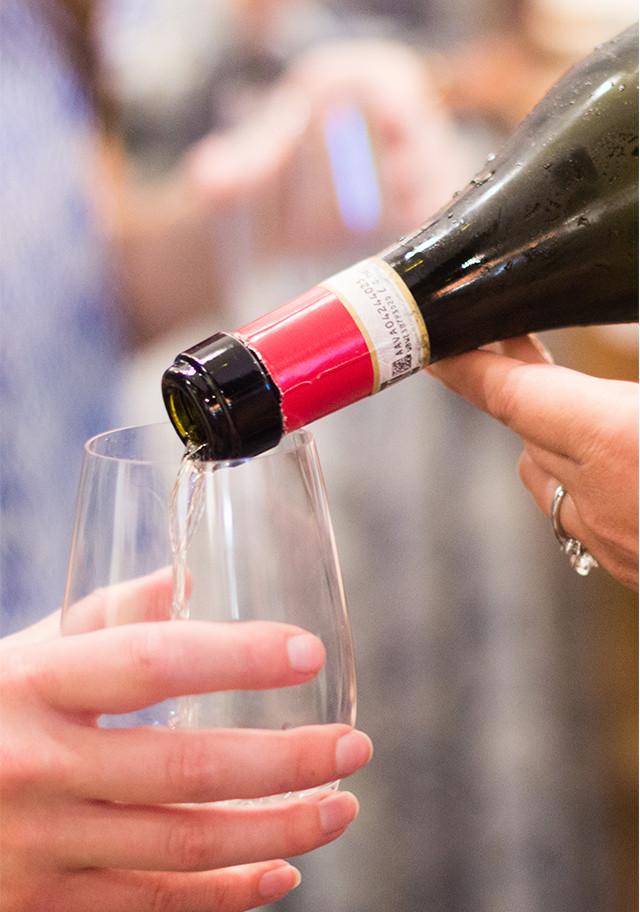 Sparkling wine pour