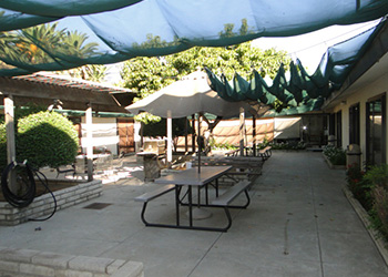 tables in courtyard of magnolia rehab