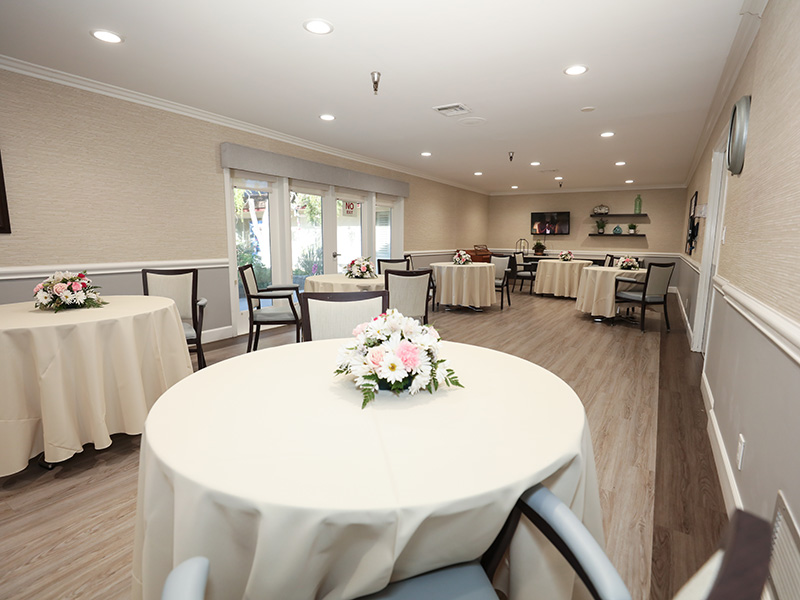 Dining room with a fresh flower bouquet on every table