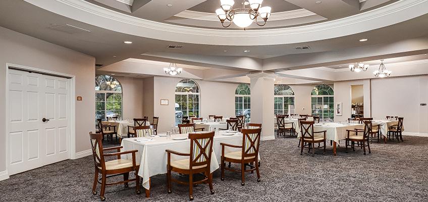 Gateway Gardens Dining area w linen tablecloths