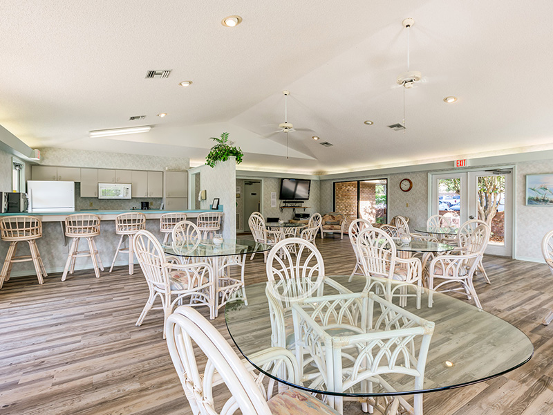 Resident dining area with several options for seating.