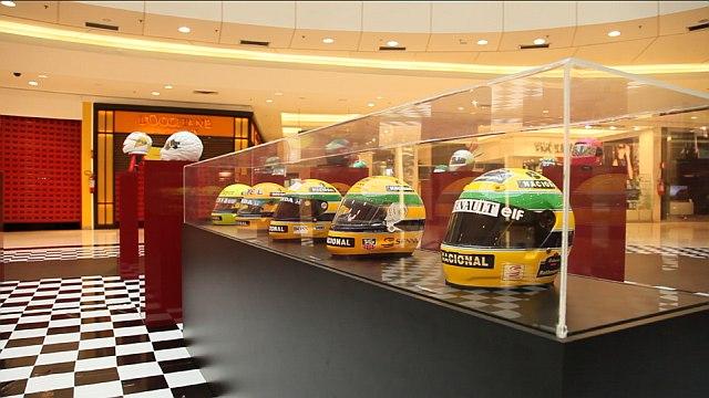 Capacetes de Ayrton Senna estão em exposição em Curitiba
