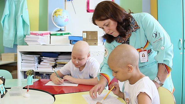 Mini-escolas levam aulas para jovens pacientes de hospitais