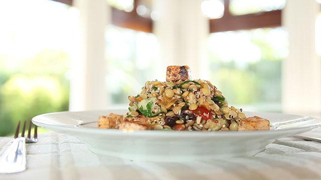 Aprenda a fazer uma salada proteica para o verão