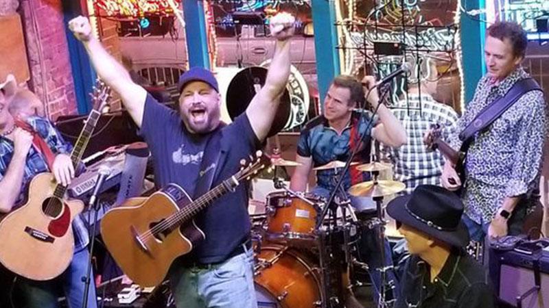 Garth electrifies in surprise performance at Nashville bar