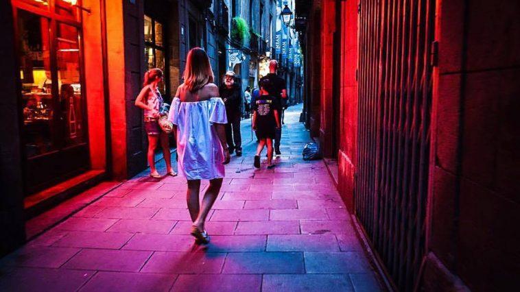 Girls exploring the nightlife in Barcelona