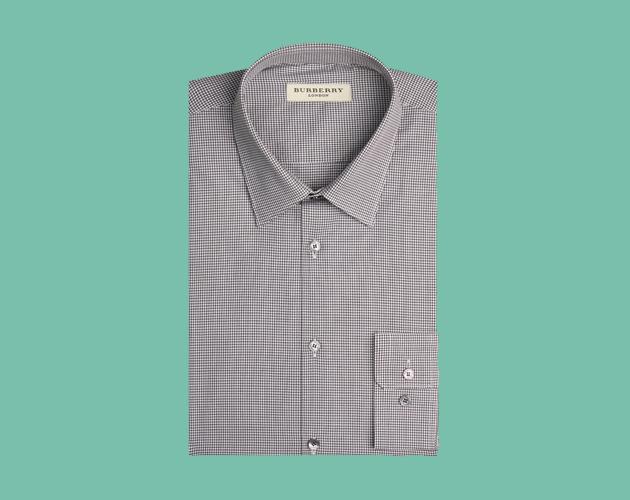 6d9ca0792327c Combina tonos claros con el traje de lino y la camisa que porta es gris  oscuro. Por separado no hace mucho sentido