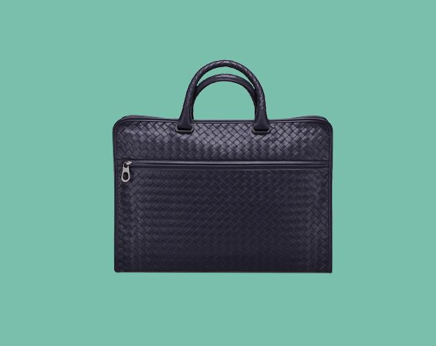756fdd8aaad45 ... es ideal si eres un ejecutivo que está buscando complementar su look  con un accesorio que denote elegancia. Aquí una propuesta en piel de  Bottega Veneta ...