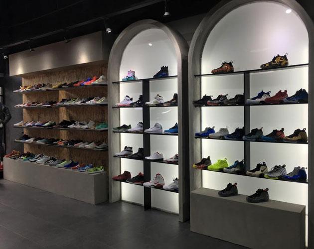 99d0fb265c424 En sus dos sucursales cuenta con una gran variedad de sneakers para todos  los gustos y para todos los bolsillos. Su fuerte son las ediciones  limitadas.