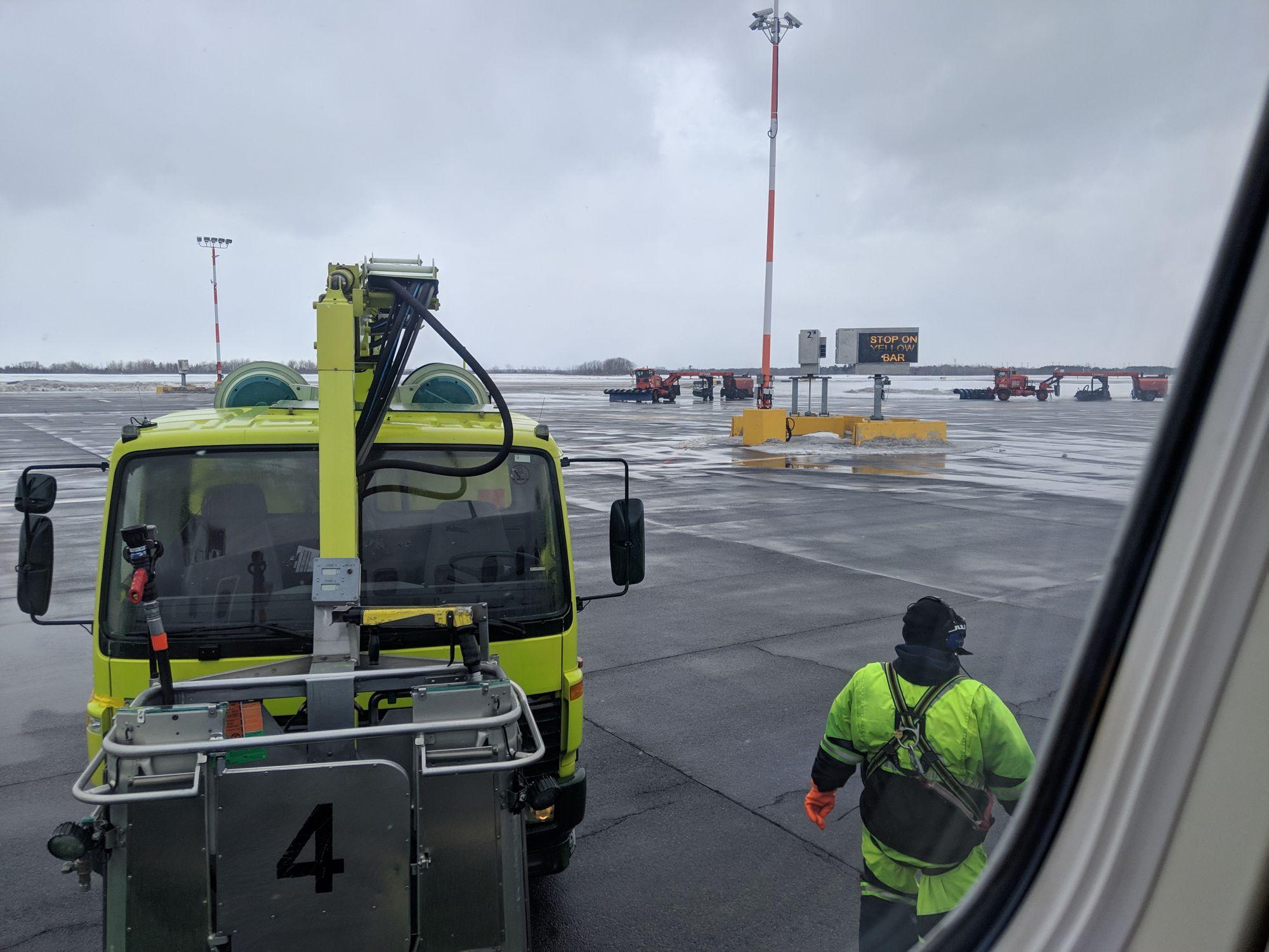 Un peu de dégivrage avant de décoller • Some de-icing before takeoff