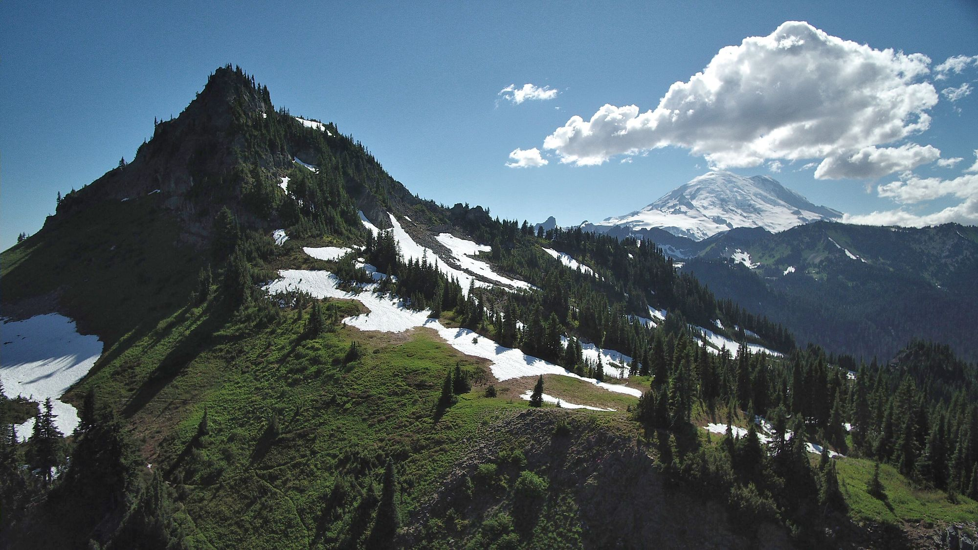 Qui ne se sentirait pas attiré par ces montagnes •Who would not feel attracted to these mountains. Photo by Ken Theimer on Unsplash