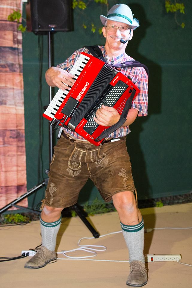 Hire Larry Roberts Entertainment - Accordion Player in